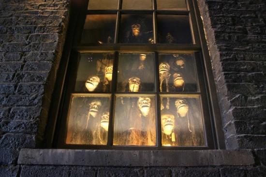 shrunken heads in knockturn alley in wizarding world of harry potter